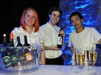 Gabrielle, Keven et Myron au bar pour la soirée